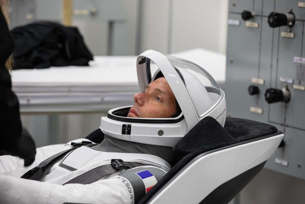 Le 23 avril 2021, l'astronaute de l'ESA, Thomas Pesquet, se détend à l'intérieur de la salle d'habillage de l'équipage, dans le bâtiment Neil Armstrong Operations and Checkout au Centre spatial Kennedy de la Nasa en Floride. © Nasa