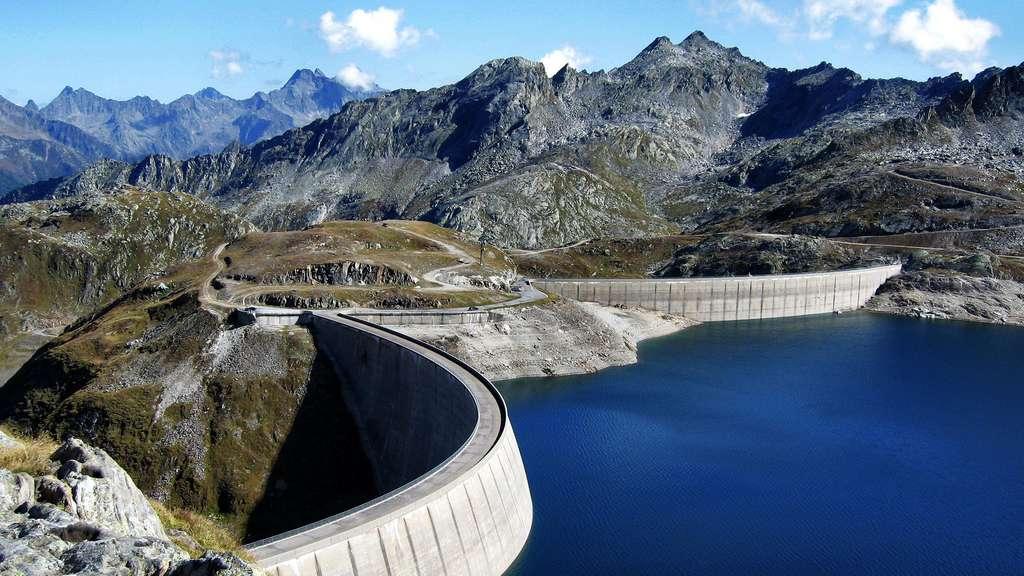 Le barrage alpin du lac Naret en Suisse
