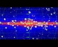 Cliché du fond diffus X, obtenu par le satellite RXTE, superposé à une image des sources infrarouges, fournie par la mission COBE ; Les points blancs correspondent à des sources de rayon X très brillantes : des trous noirs ou des étoiles à neutrons ; Néanmoins, la grande majorité des rayons X de notre galaxie proviendrait de millions de sources pâles ne pouvant être «photographiées» ; Ces sources seraient des naines blanches et des étoiles aux couronnes actives. (Crédits : NASA/RXTE-COBE/Revnivtsev)
