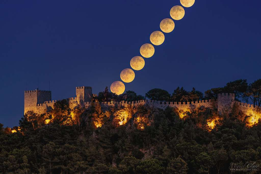 La Lune des récoltes s'élevant au-dessus du château de Sesimbra et voilée par une éclipse. © Miguel Claro (TWAN, Dark Sky Alqueva)