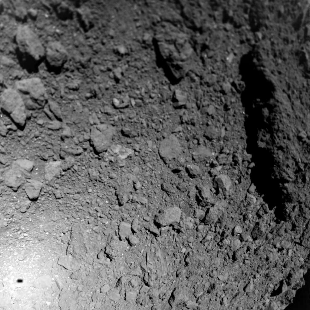 La surface de Ryugu et l'ombre de Mascot (en bas à gauche). © Jaumann et al Science (2019)