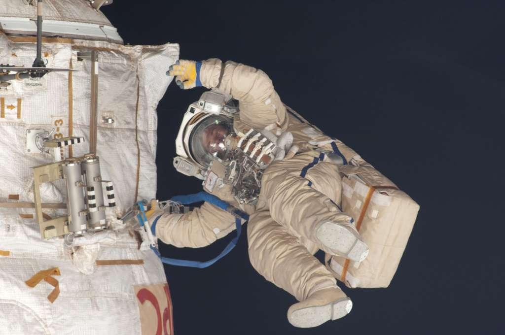 Roman Romanenko sortant dans l'espace par le sas Pirs pour une mission d'un peu plus de six heures. © Nasa