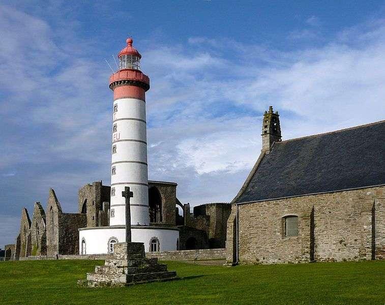 Le phare de Saint-Mathieu est situé sur la pointe Saint-Mathieu, à Plougonvelin. © DR, Bretagne.com
