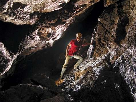 Olivier Testa dans la grotte de Kaa. © Olivier Testa