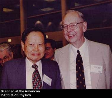 De gauche à droite, les physiciens théoriciens Chen Ning Yang et Robert Mills. Yang a décroché le prix Nobel de physique pour ses travaux sur la violation de la parité en compagnie de Tsung-Dao Lee en 1957. © AIP