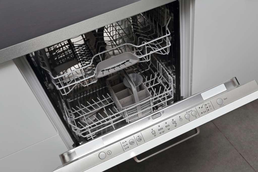 Raccorder votre lave-vaisselle, une étape importante à ne pas oublier. © Mariesacha, Adobe Stock