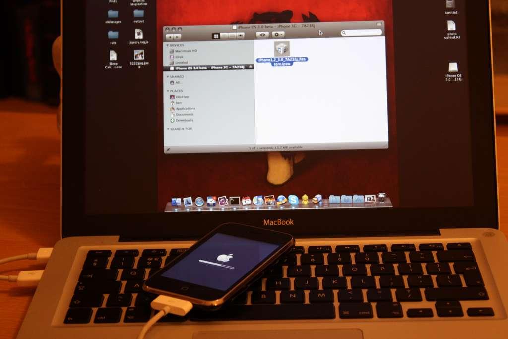 Pour être utilisable, un iDevice (ensemble des smartphones et tablettes d'Apple) doit être activé via iTunes sur un ordinateur. L'appareil est ensuite lié à l'ordinateur en question et n'est synchronisable qu'avec lui, sous peine d'effacer ses données. © Ben Dodson CC