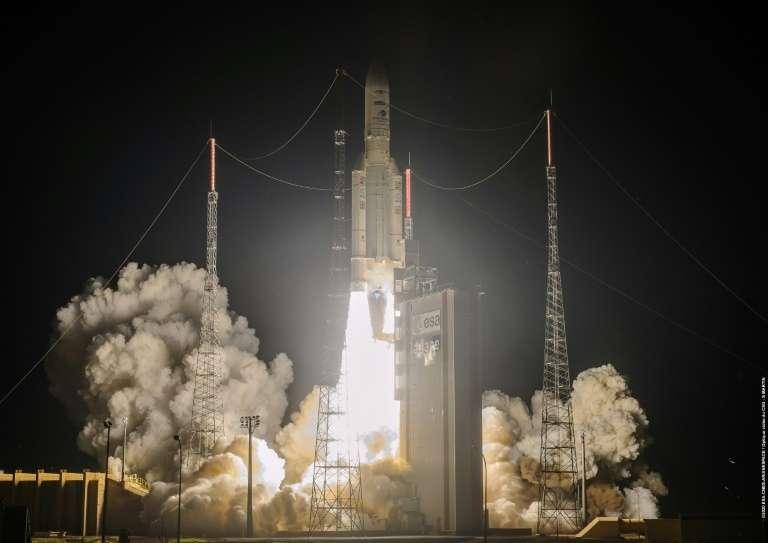 Photo diffusée le 15 août 2020 par l'Agence spatiale européenne du décollage de la fusée Ariane 5 à Kourou. © Handout - European Space Agency, AFP