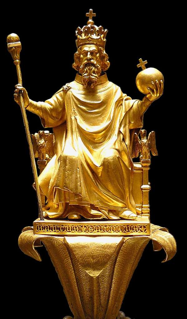 Sceptre de Charles V représentant Charlemagne assis sur un lys : utilisé pour tous les sacres sauf pour Charles VII et Henri IV, jusqu'à Charles X en 1825. © Musée du Louvre, Wikimedia Commons, domaine public