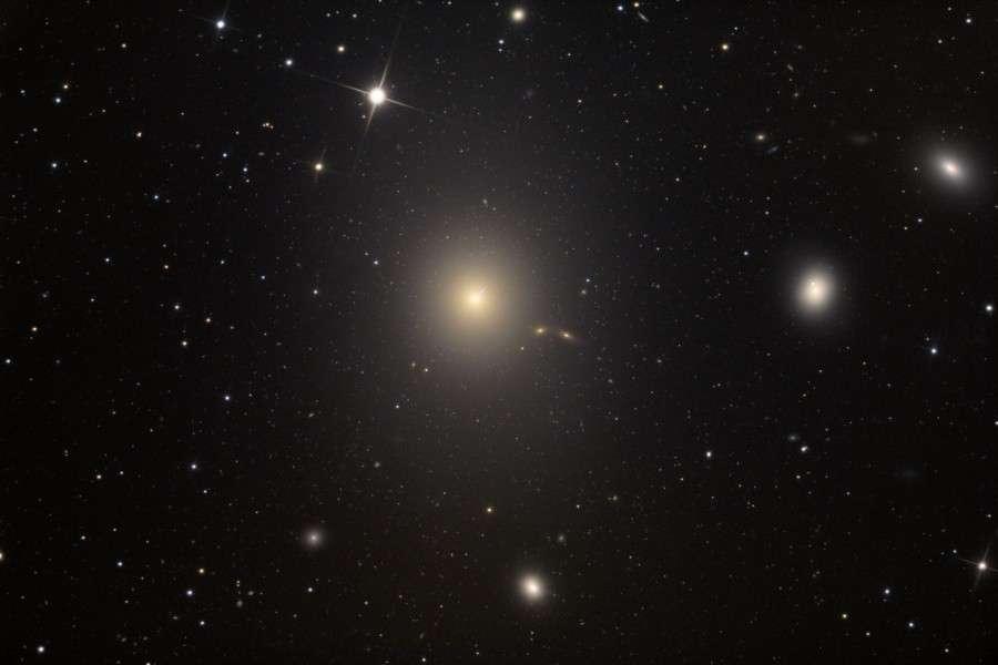 M 87est une imposante galaxie dans l'amas de la Vierge. Crédit A. Block, Mt. Lemmon SkyCenter, U. Arizona
