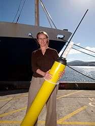 Le docteur Susan Wijffels tenant une bouée Argo. Avec Paul Durack, cette chercheuse tente de réduire les incertitudes liées au réchauffement climatique à travers le plus grand programme de suivi des océans. © Bruce Miller