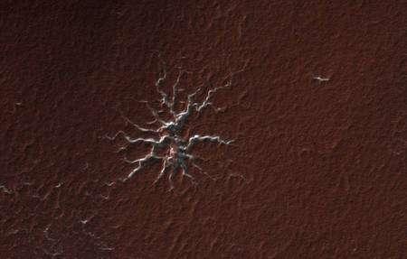 """Un exemple de terrain """"aranéiforme"""" selon les termes des chercheurs de la Nasa, c'est-à-dire en forme d'araignée. Cliquez pour agrandir. Crédit : Nasa/JPL/University of Arizona"""