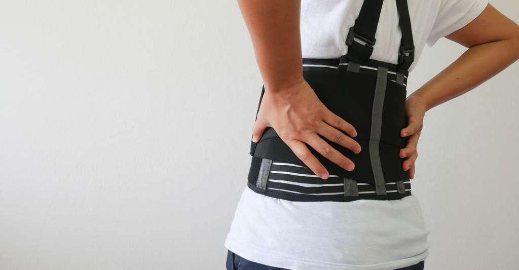 Le maintien d'une scoliose par un corset. © Toeytoey, Fotolia