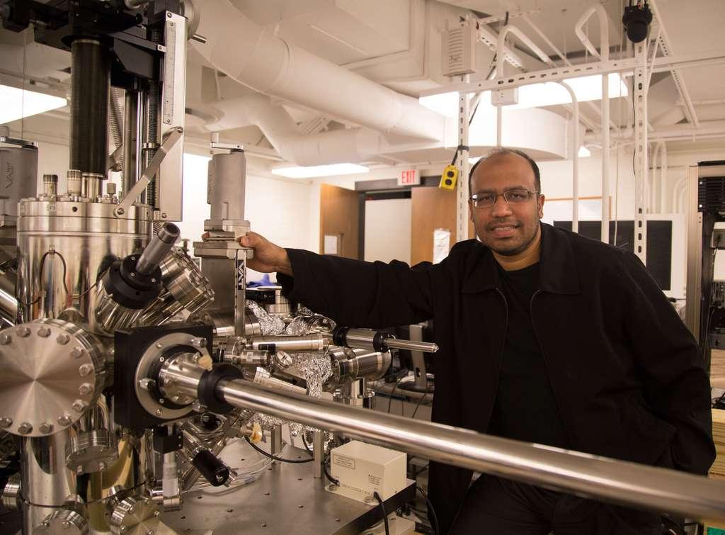 L'équipe de Zahid Hasan, professeur de physique à l'université de Princeton, a utilisé un spectromicroscope à effet tunnel pour s'assurer de la structure du cristal d'arséniure de tantale utilisé pour observer des fermions de Weyl. © Danielle Alio, Princeton University, Office of Communications