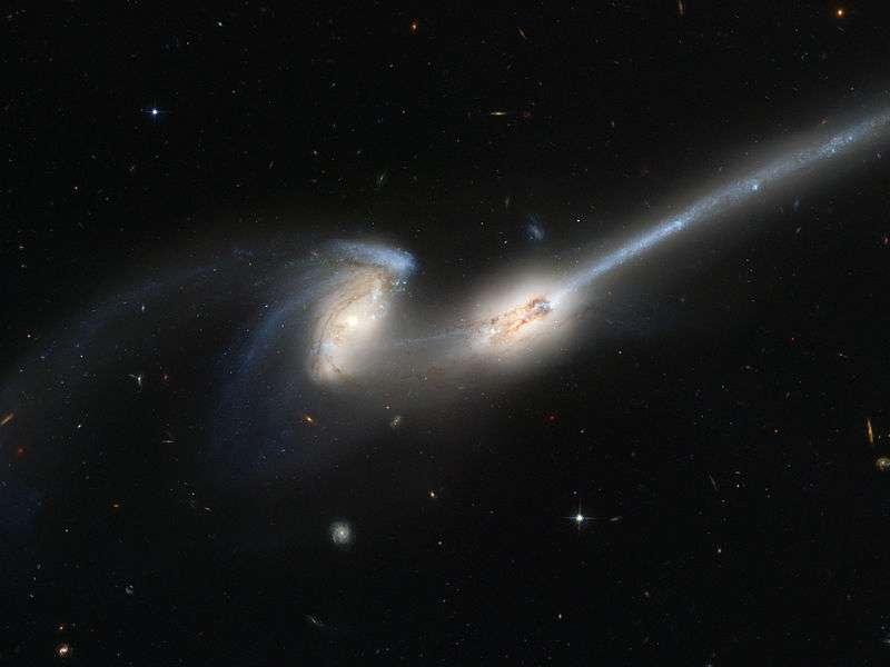 Sur cette image prise par Hubble, on voit NGC 4676 A (à droite) et B (à gauche), également appelée galaxies des Souris (Mice Galaxies, en anglais). Il s'agit de deux galaxies spirales situées dans la constellation de la Chevelure de Bérénice à environ 290 millions d'années-lumière de la Voie lactée. Ces deux galaxies sont entrées en interaction. Notez la longueur d'une des queues de marée. Il est possible que ces deux galaxies soient déjà entrées en collision, et recommencent jusqu'à ce qu'elles fusionnent. © Nasa, Esa