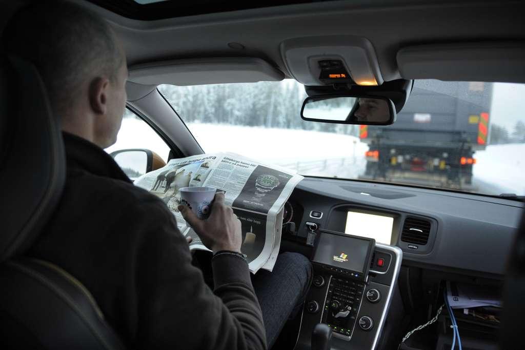 Le projet européen Sartre (Safe Road for the Environment) étudie la faisabilité d'un guidage automatique de voitures en convoi. Ici, un véhicule Volvo suit un camion sans que son concepteur ait à intervenir. © Volvo Cars/Sartre
