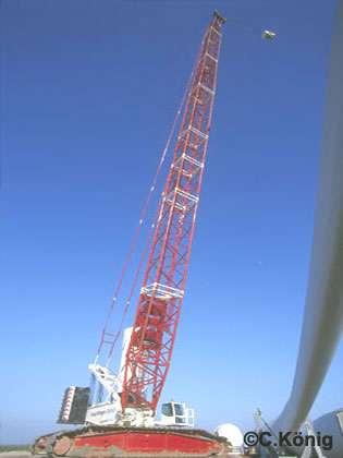 Grue à treillis géante utilisée pour la construction des éoliennes de Bouin (85) en 2002.