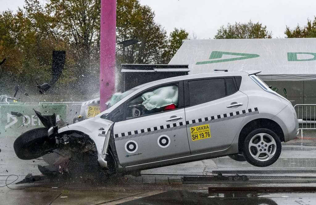 La collision frontale à 84 km/h pour la Nissan Leaf est très impressionnante. © Dekra