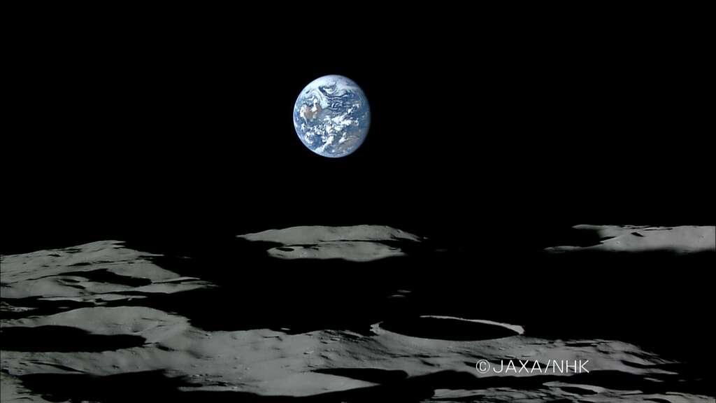Coucher de Terre vu du pôle sud de la Lune avec le cratère Shackleton