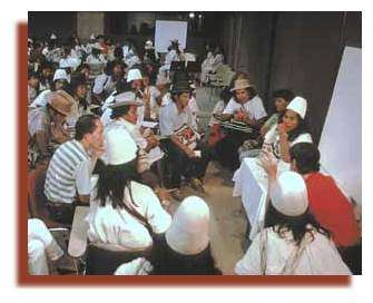 La dimension humaine des réserves de biosphère est particulièrement marquée dans les zones de transition. Les besoins et les aspirations des communautés locales doivent être satisfaits tout en préservant les divers intérêts liés à l'agriculture, la foresterie, l'extraction minière, etc., et la totalité de la réserve de biosphère devient partie intégrante de la planification nationale de la conservation et du développement. Ci-dessus, dans la Réserve de biosphère de Santa Martha de Sierra Nevada en Colombie, des associations communautaires locales discutent des décisions à prendre en matière de gestion. Photo : © Juan Mayr