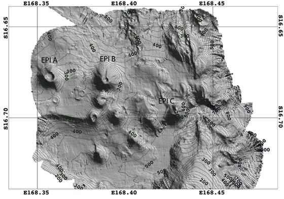 Bathymétrie de la zone est d'Epi. Monts sous-marin Epi A, B, C. Carte réalisée au cours de la campagne à la mer VATATERM à l'aide du sondeur Simrad EM1002 du N.O. Alis de l'IRD (14 mars 2004) (Ballu, Calmant et al, 2004). Isobathes : 20 m