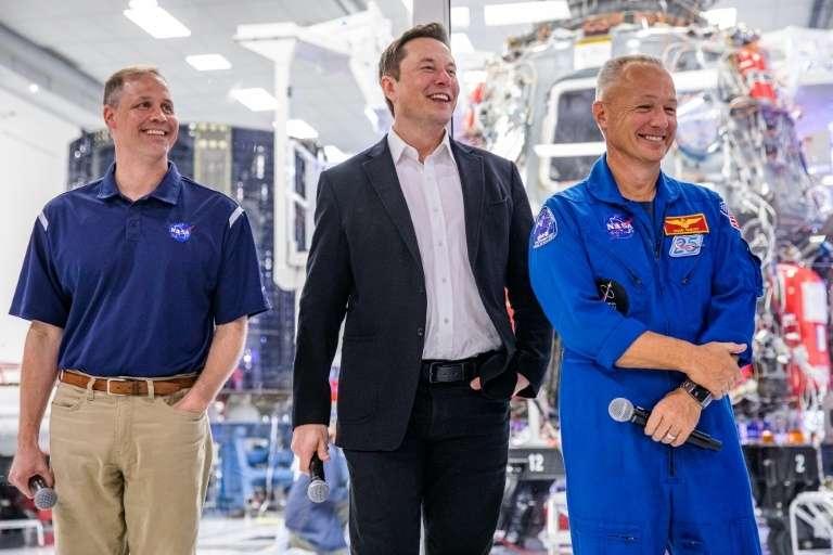 À gauche, le patron de la Nasa, Jim Bridenstine, au centre, le patron de SpaceX, Elon Musk, et à droite, l'astronaute Doug Hurley, le 10 octobre 2019 à Hawthorne, en Californie. © Philip Pacheco, AFP