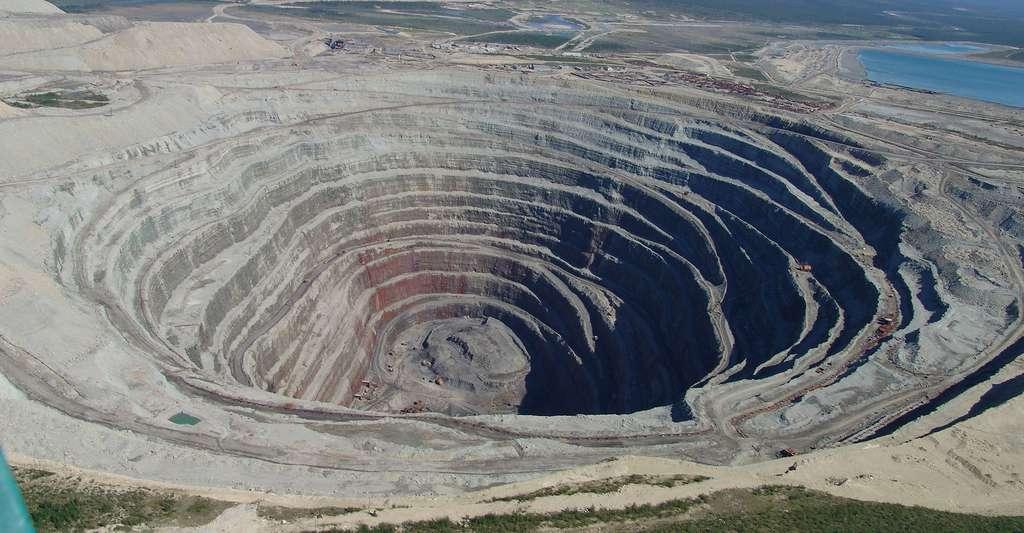 Les roches diamantifères sont la kimberlite, la lamproïte et la komatiite. Les diatrèmes sont les gisements typiques des diamants. Leur exploitation aboutit à des puits caractéristiques (ici à Oudatchnaïa, en Russie). © Tjrn, CC by 3.0