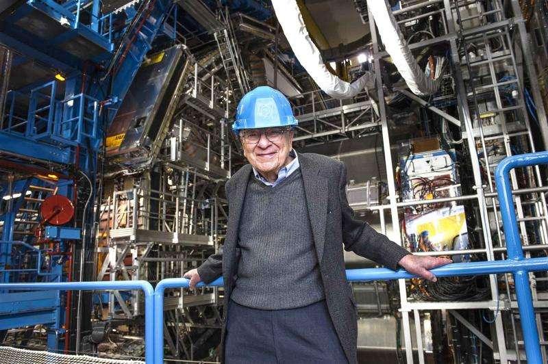 Murray Gell-Mann en visite au Cern en janvier 2013. Le prix Nobel de physique se tient devant le détecteur Atlas. C'est l'un des principaux architectes du modèle standard des particules élémentaires notamment parce qu'il a prédit la structure en quark des hadrons. Ses travaux portent aussi sur la cosmologie quantique, et il est à l'origine de l'institut de Santa Fe (Santa Fe Institute, ou SFI), un institut de recherche spécialisé dans l'étude des systèmes complexes. © Maximilien Brice, Cern