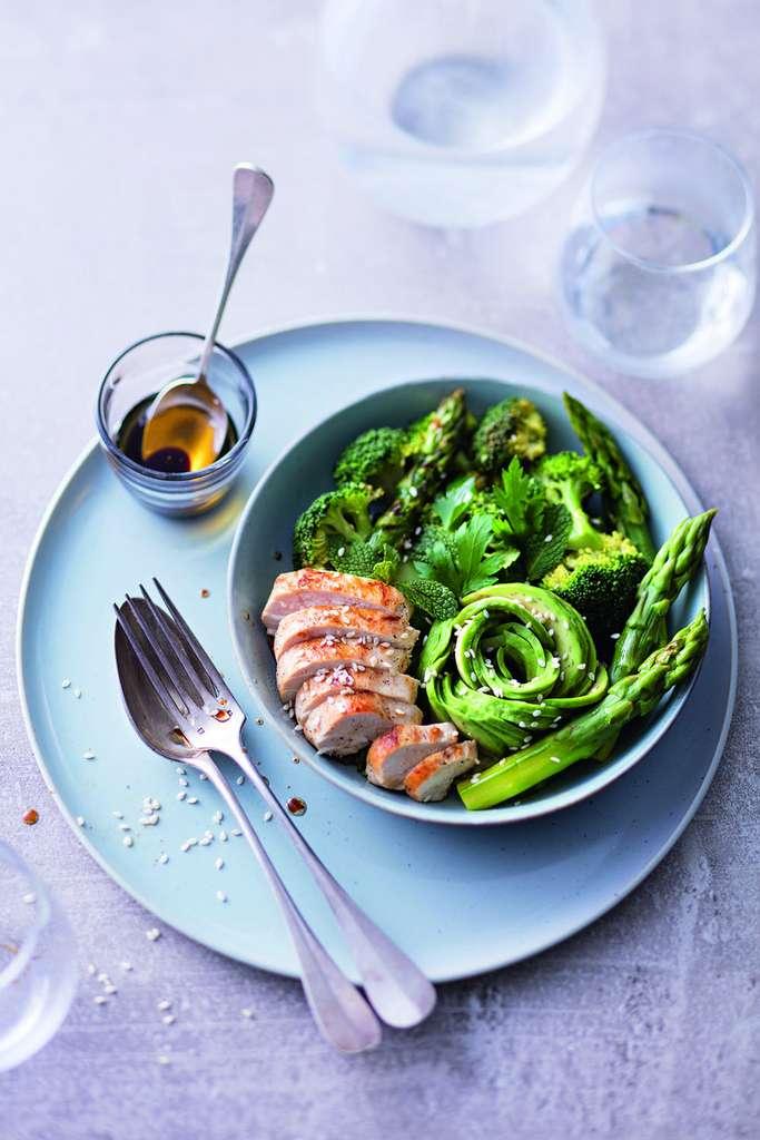 Bouddha bol : poulet, asperges vertes, brocoli, avocat, menthe, persil © Laurent Rouvrais