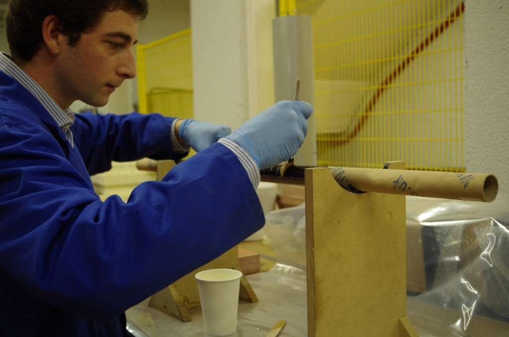 Antoine Bianchi au travail sur un passe-câble en carbone au laboratoire de mécatronique, signal et systèmes de l'Ipsa. © Antoine Bianchi