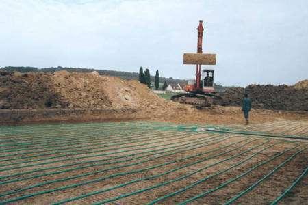 Installation d'un réseau de tubes horizontal. © Géothermie Infos : http://kmilani.free.fr