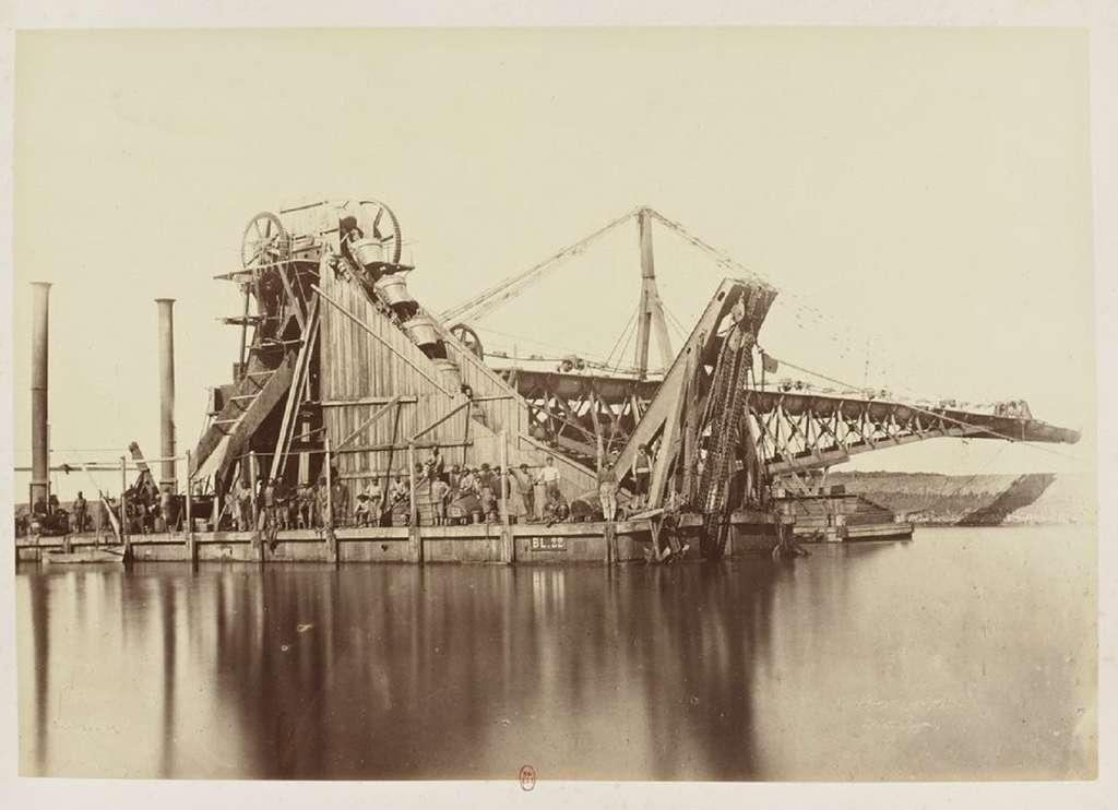 Canal de Suez, engin de dragage (ouvriers présents sur le pont), photo tirée de l'album de Justin Koslowski, 1869. Bibliothèque nationale de France. © gallica.bnf.fr / BnF.
