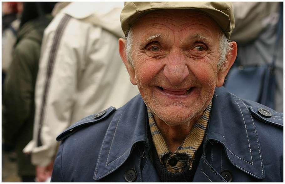 Aujourd'hui, le nombre de personnes âgées de 60 ans et plus est d'environ 600 millions dans le monde. L'étude du vieillissement cellulaire est importante pour la mise au point de traitements contre les maladies liées au vieillissement. © Marg, Wikimedia Commons, cc by sa 3.0
