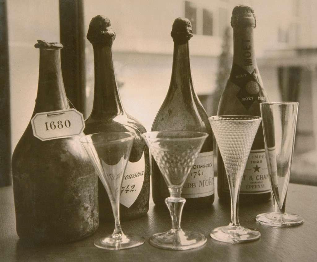 Anciennes bouteilles de Champagne Moët & Chandon (1680, 1741, 1742, 1925). Inrap. © Collection Moët & Chandon