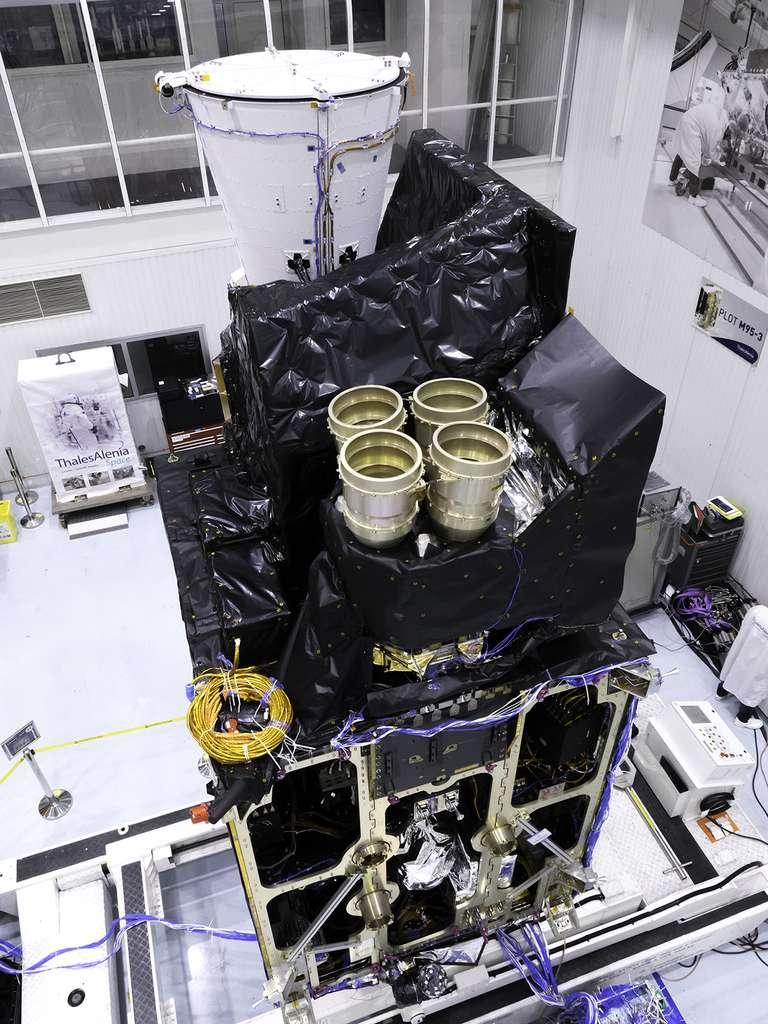 Le modèle structurel du satellite imageur (MTG-I) de Météosat de troisième génération. Il est ici vu en cours d'intégration dans l'usine cannoise de Thales Alenia Space (juin 2019). Les deux principaux instruments sont clairement visibles. La structure en forme d'entonnoir blanc est la caméra FCI (Flexible Combined Imager). À coté, on peut voir quatre cylindres dorés qui sont ni plus ni moins que l'imageur d'éclairs qui observera l'activité électrique. © Rémy Decourt