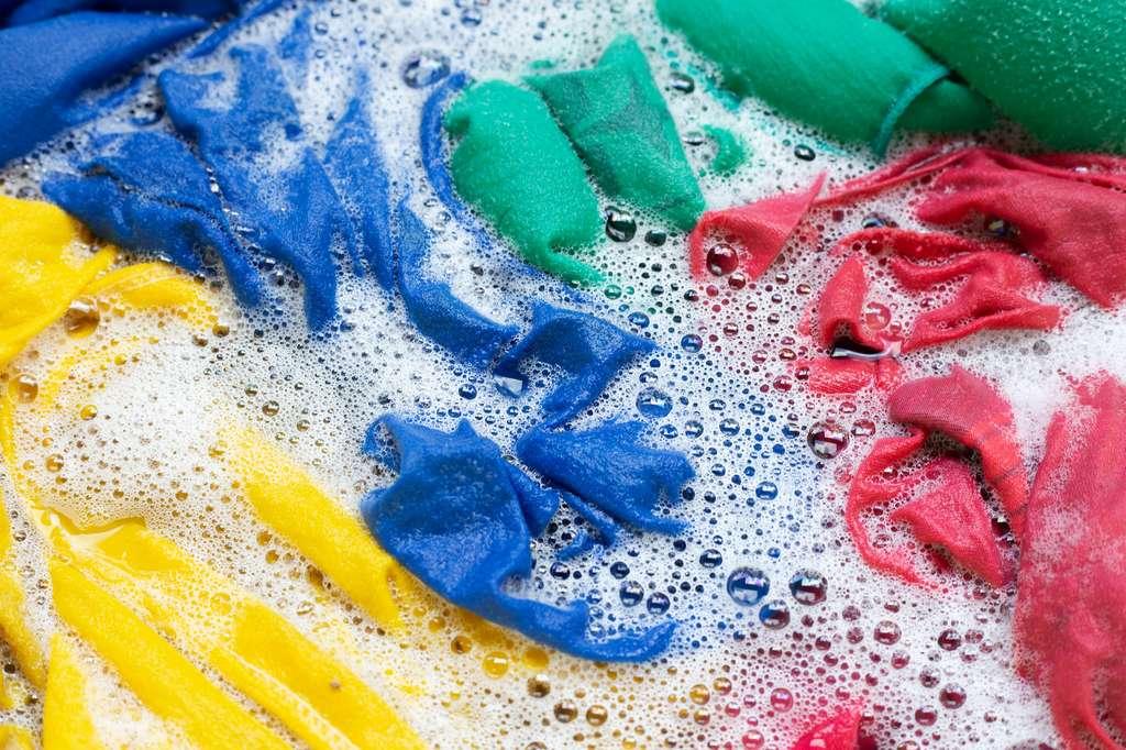 Laver ses vêtements à 30 °C est suffisant pour éliminer le virus. © Aleksej, Adobe Stock