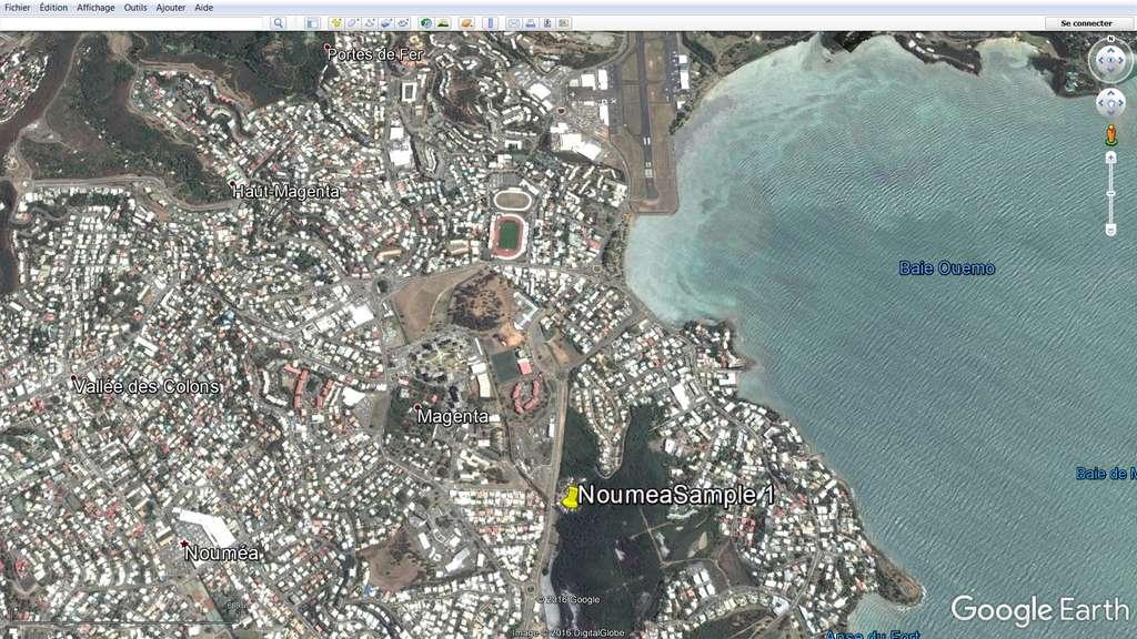Une image historique. Cette capture d'écran de Google Maps montre l'emplacement de la mare, près de l'aéroport de Nouméa, en Nouvelle-Calédonie, dont de l'eau a été prélevée pour y trouver d'éventuels virus géants. L'expérience a montré, en effet, que c'est dans ce genre de milieu, où vivent des amibes, que prospèrent des virus géants. © Jean-Michel Claverie