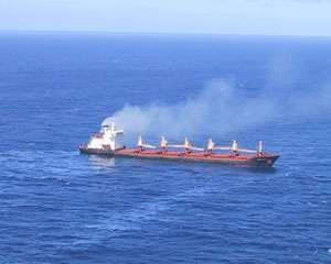 Tout comme les automobiles, les gaz d'échappement des bateaux polluent. Crédits : http://www.cedre.fr