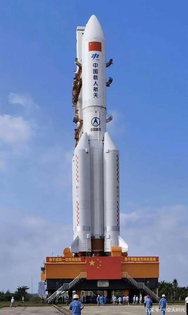Le lanceur CZ-5B transféré sur son pas de tir du Centre spatial de lors de son premier vol. © CASC