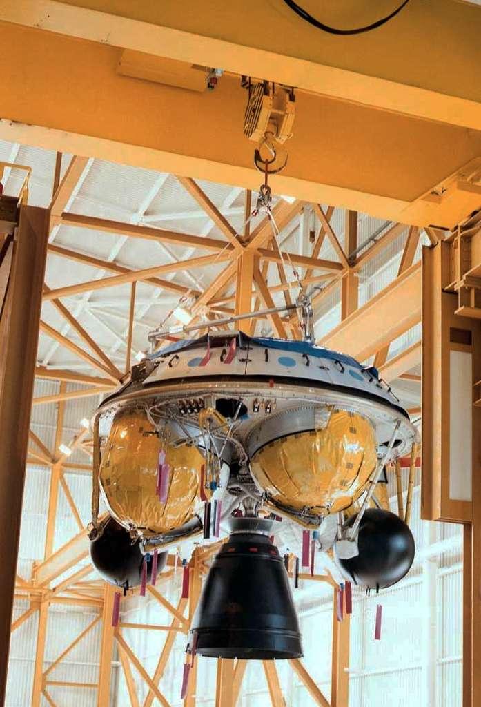 Un étage à propergols stockables (EPS) en cours d'intégration. Notez les réservoirs d'ergols en jaune et les sphères noires, qui contiennent de l'hélium servant à maintenir en pression l'huile du système hydraulique de commande d'orientation de la tuyère. © Astrium