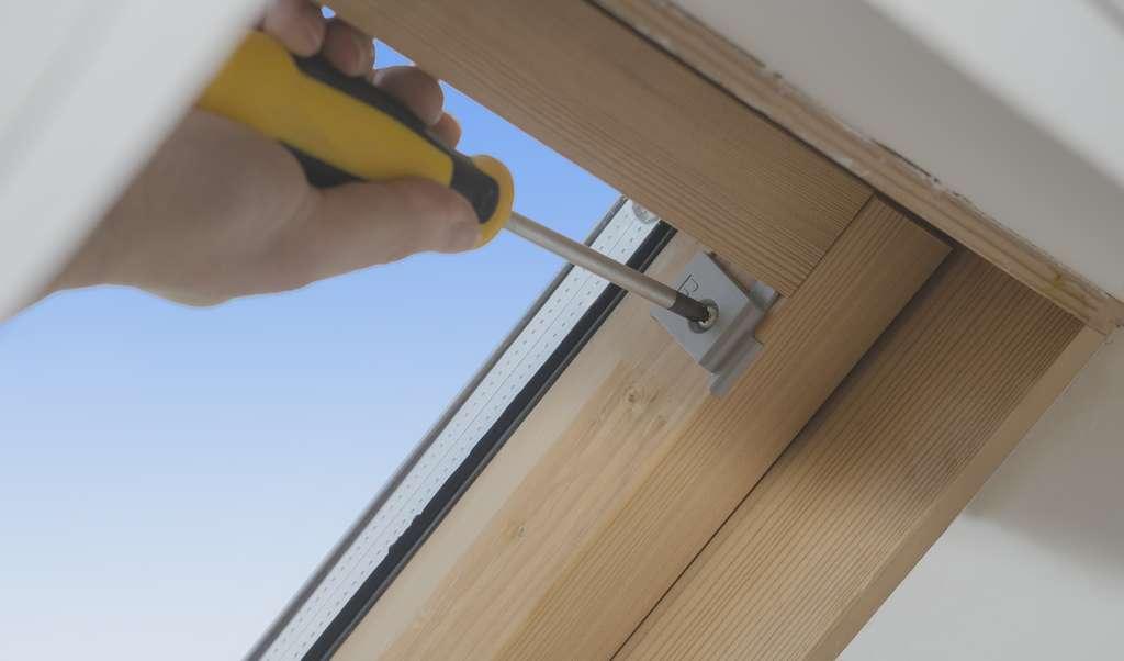Vissez les cales supports du coffre contre les bords intérieurs de l'ouvrant. © Frédéric Burguière