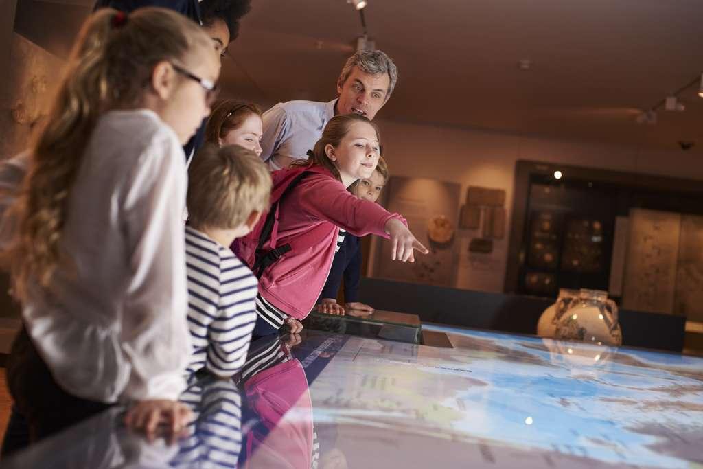 Le médiateur scientifique fait découvrir les sciences aux enfants via des expositions et les sensibilise grâce à des outils pédagogiques ou des supports numériques. © Monkey Business, Fotolia.