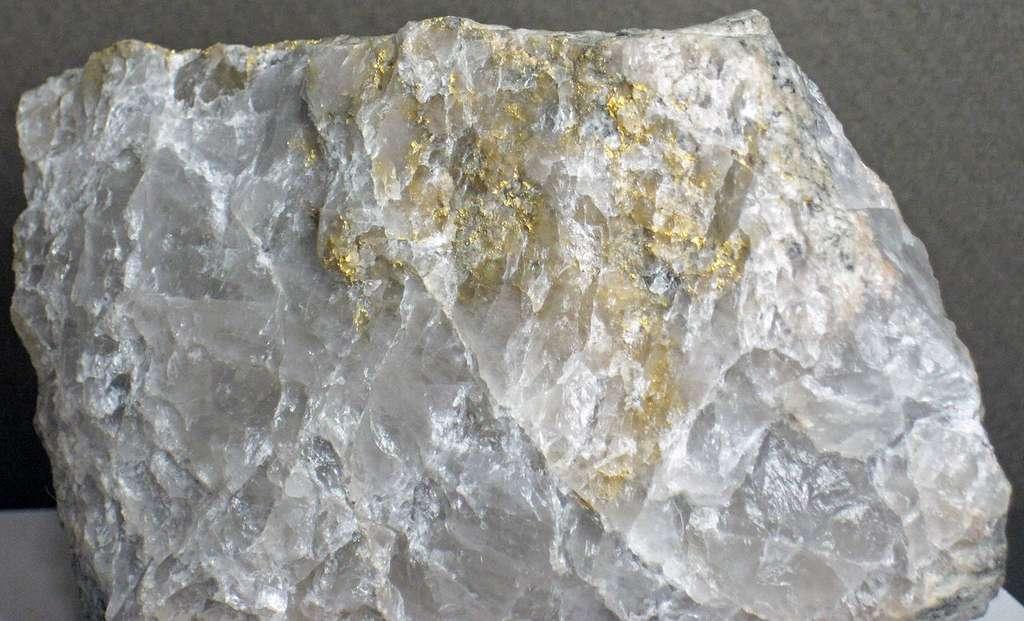Un échantillon de quartz provenant d'une veine hydrothermale contenant de l'or. Il date du Précambrien et provient de la mine d'or Camflo, près de Malartic au Québec. Des gaz nobles, comme l'argon, peuvent se trouver piégés dans des inclusions de fluides primaires contenant un mélange d'eau douce archéenne et de fluide hydrothermal dans ce type de quartz. © James St. John, CC by-sa 2.0