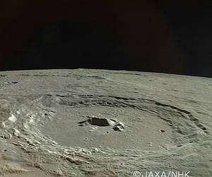 Spectaculaire image du cratère lunaire Pythagore saisie par la sonde japonaise Kaguya à une altitude d'environ 100 kilomètres. Crédits Jaxa/ NHK