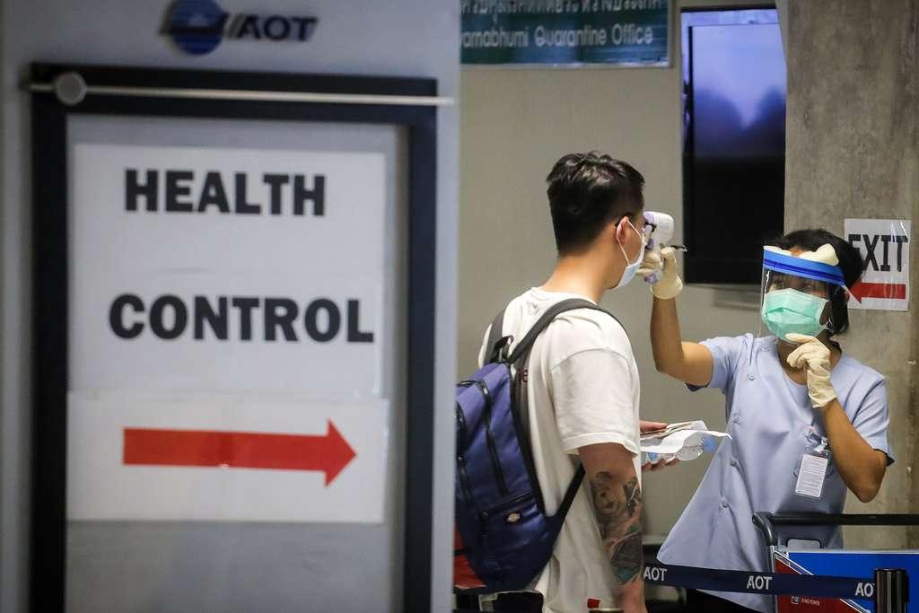 Apparu en décembre en Chine, le coronavirus affecte tous les continents, sauf l'Antarctique, et perturbe la vie quotidienne et économique dans un nombre croissant de pays. © Vivek Prakash, AFP