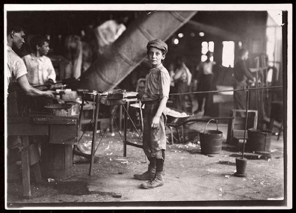 Jeune garçon travaillant dans une verrerie, USA, par Jacob Riis vers 1890. Museum of the City of New York. © monovisions.com.