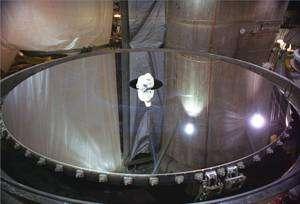 Inspection du miroir primaire de 8,1 mètres du télescope Gemini avant son montage. Crédit : Geminy Observatory