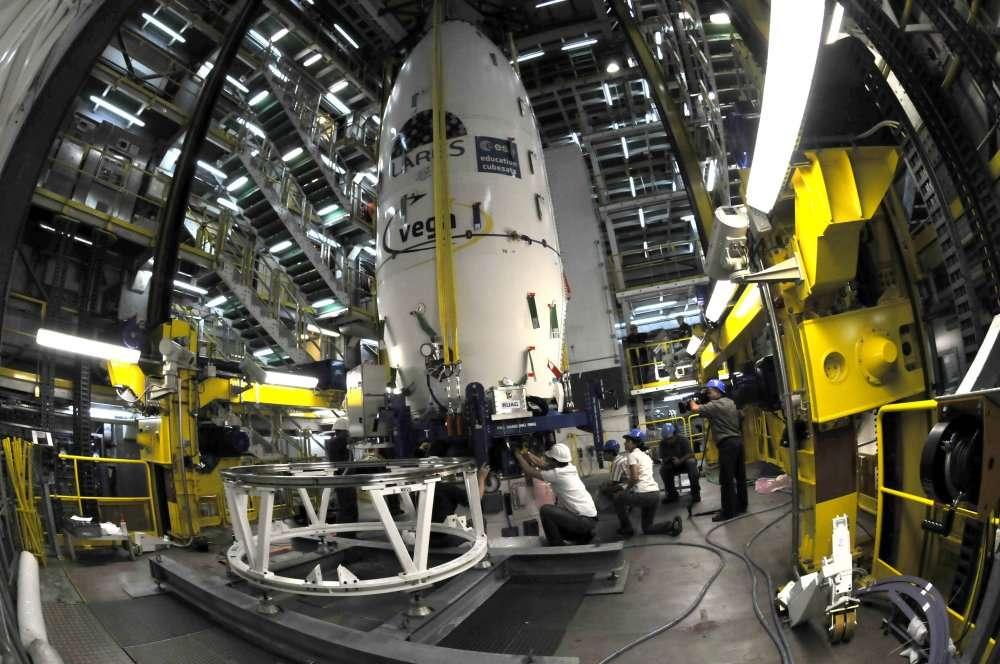 En place au sommet du lanceur, la coiffe de la première Vega, qui abrite le composite supérieur et ses neuf satellites. C'est l'heure des dernières connexions... © Esa/M. Pedoussaut, 2012
