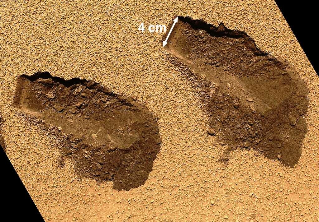 On voit en gros plan sur cette photo les traces des prélèvements d'échantillons de sol martien effectués par Curiosity. Le site se trouve au fond du cratère Gale et a été nommé Rocknest. © Nasa