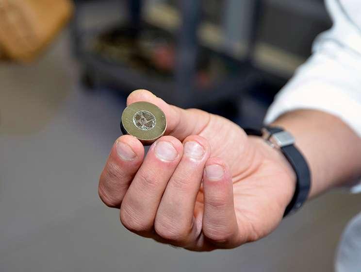 Un des échantillons étudiés par l'équipe de chercheurs d'une météorite de type chondrite carbonée, issue de l'astéroïde Vesta (actuellement 530 km de diamètre). © Jayne Doucette, Woods Hole Oceanographic Institution